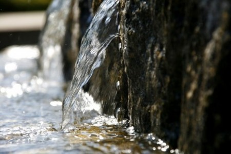 """الجماعة الحضرية لتطوان تقدم روايتها الكاملة بخصوص الماء """"الملوث"""" بعد سلسلة من الاحتجاجات"""