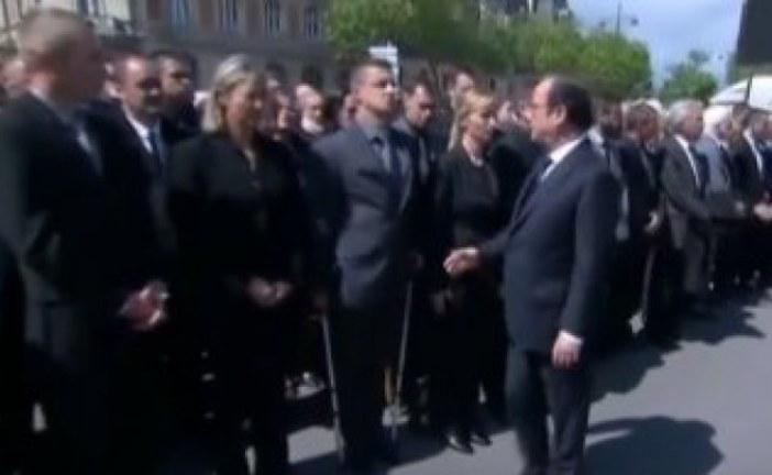 شرطي يرفض مصافحة هولاند خلال مراسم تأبين الشرطيين الفرنسيين