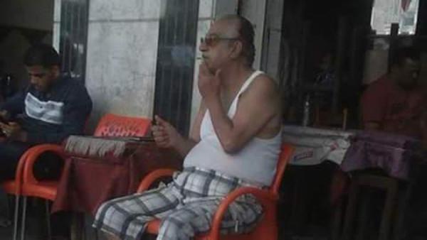 فنان مصري يظهر بملابسه الداخلية على مقهى شعبي!