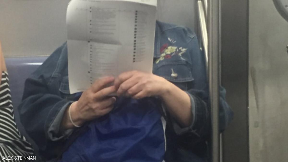 قارئة في قطار تحيير الآلاف من المغردين في تويتر