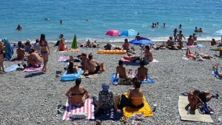 """فرنسا تعلق قرار منع ارتداء """"البوركيني"""" على الشواطئ"""