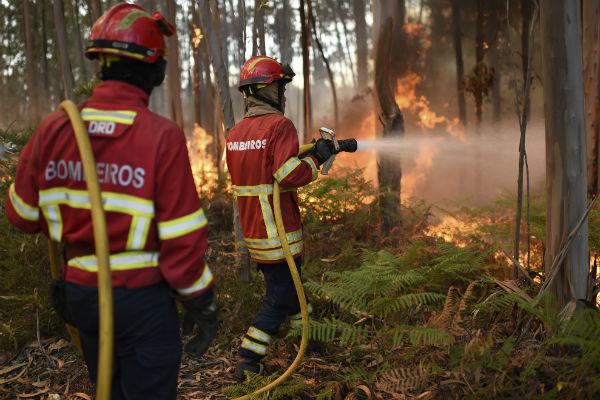 رجال الإطفاء يواصلون كفاحهم لاحتواء حرائق هائلة بفرنسا