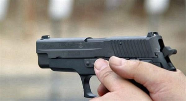شرطي يطلق الرصاص للسيطرة على شخص عرض مواطنين للخطر