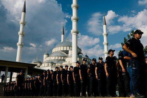 إصابة شخصين بهجوم مسلح على مسجد في اسطنبول + صور