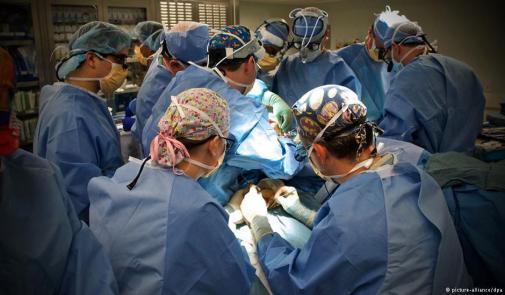 """لأول مرة في العالم """"روبوت"""" يجري عملية جراحية داخل العين في بريطانيا"""