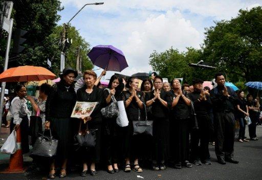 تحذيرات من نفاذ الملابس السوداء في تايلاند بسبب الحداد على الملك