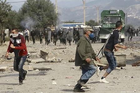 مواجهات عنيفة بين الشرطة ومتظاهرين بالجزائر