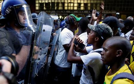 جنوب أفريقيا.. المعارضة تلجأ إلى القضاء بعد عسكرة البرلمان