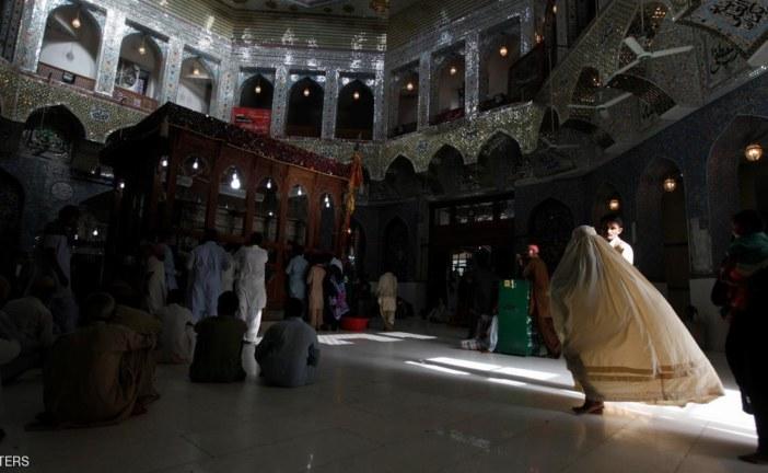 """""""انتحاري داعشي"""" يقتل العشرات في ضريح صوفي بباكستان"""