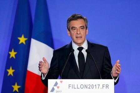 """فرانسوا فيون """"يعتذر"""" للفرنسيين على توظيف زوجته واولاده"""