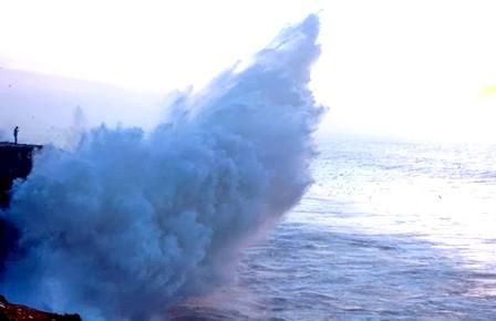 أمواج عالية مرتقبة اليوم الجمعة وغدا السبت بالواجهة الأطلسية للمملكة