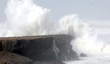 نشرة تحذيرية… أمواج عالية ليلة الخميس الجمعة بالسواحل الأطلسية