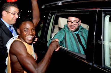 صورة لمواطن من غينيا كوناكري يصافح الملك محمد السادس تشعل الفايسبوك