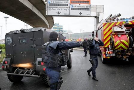وزير الداخلية الفرنسي: الشخص الذي قُتل بمطار أورلي معروف لدى الأمن
