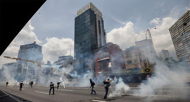 سقوط ما لا يقل عن 10 قتلى جدد بفنزويلا في أعمال عنف تخللت الاحتجاجات ضد مادورو