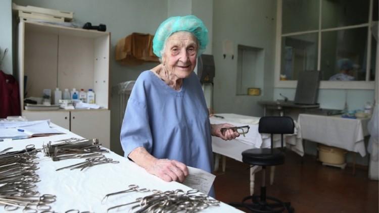 جراحة روسية في التسعين من العمر أجرت 10 آلاف عملية وتواصل عملها