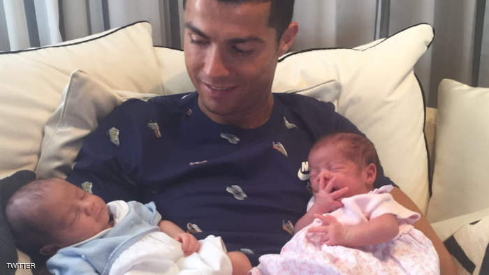رونالدو ينشر أول صورة لطفليه التوأمين