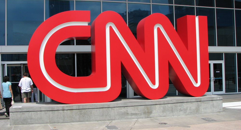 """استقالة 3 صحفيين في """"سي إن إن"""" بعد حذف مقال عن مساعد لترامب"""