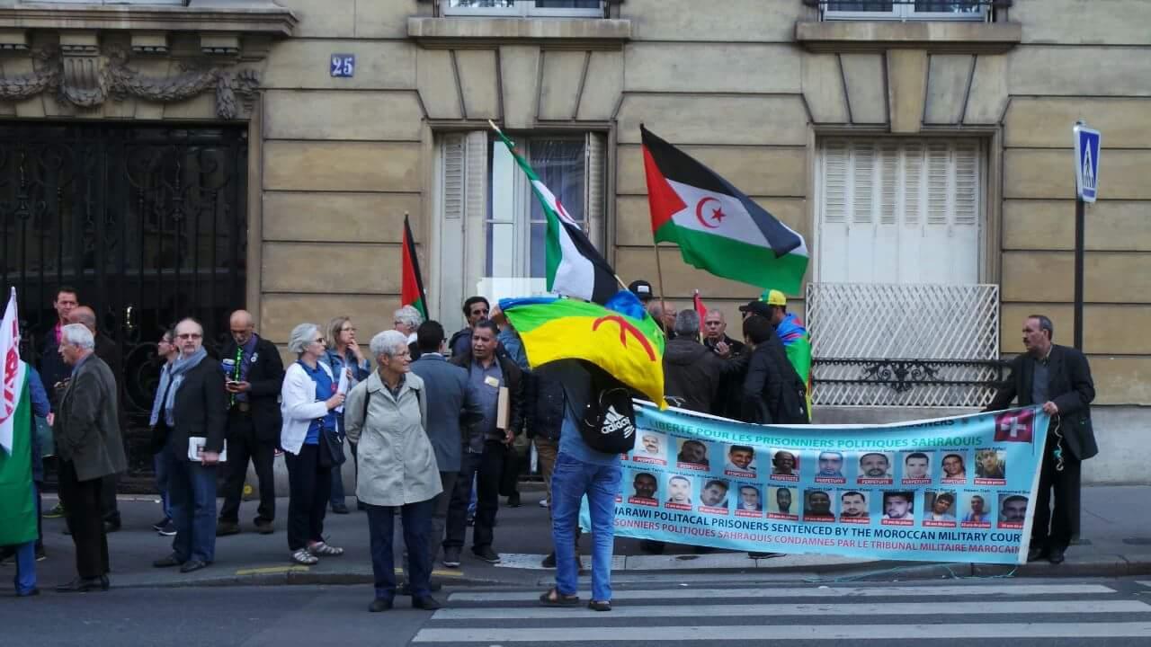 """مظاهرة أمام سفارة المغرب بباريس… """"ريافة"""" جنبا إلى جنب مع انفصالي """"البوليساريو"""""""