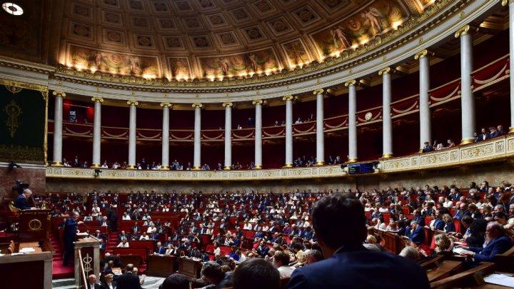 فرنسا تقر قانونا جديدا يمنع توظيف الأزواج لزوجاتهم أو أولادهم في البرلمان