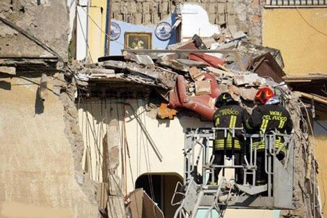 3 قتلى وخمسة مفقودين في انهيار مبنى قرب نابولي