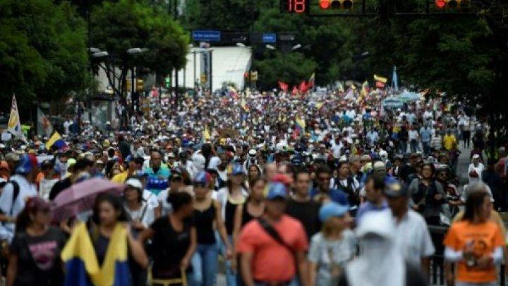 الشرطة تستخدم الغاز المسيل للدموع لتفريق مسيرة للمعارضة بفنزويلا
