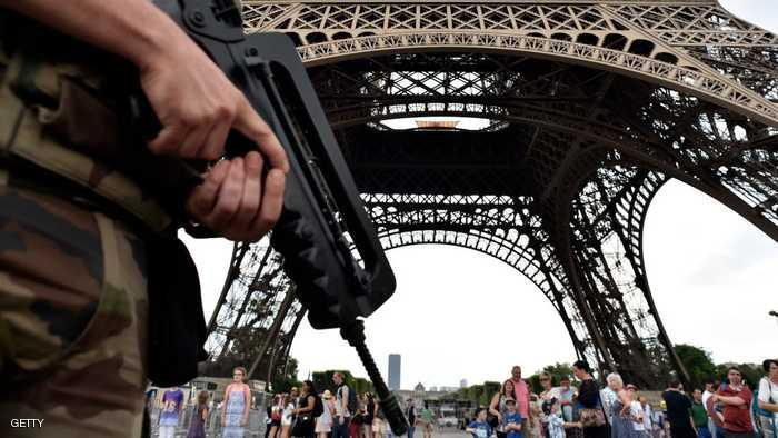 الشرطة الفرنسية تعتقل شخصا قرب برج إيفل الشهير