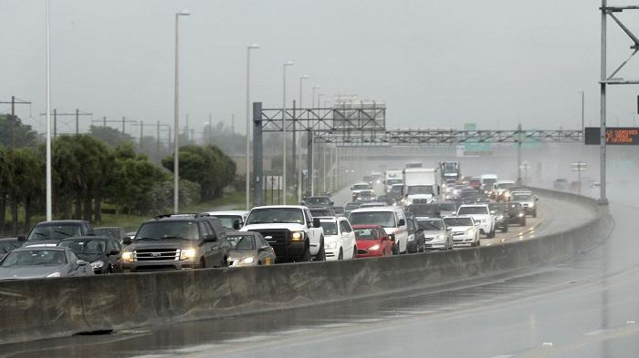 إعصار إيرما يقترب من فلوريدا الأمريكية والسكان يهجرون المكان