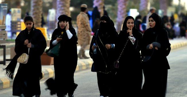 قرار تاريخي… الملك سلمان يسمح للسعوديات بقيادة السيارات