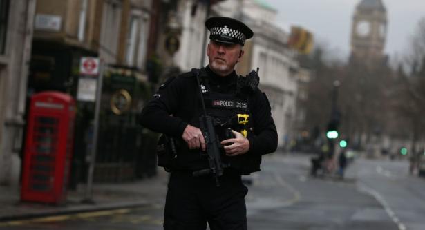 """الشرطة البريطانية تقول إنها تتعامل مع """"واقعة"""" وجود مسلح"""