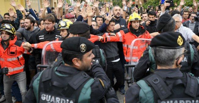 38 جريحا جراء اشتباكات بين الشرطة الإسبانية وانفصاليين كتالان