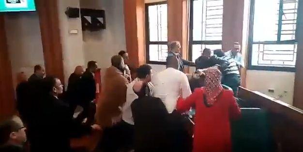بالفيديو… عنف وتبادل للضرب والشتائم بين مستشاري البيجيدي والبام بمجلس الرباط