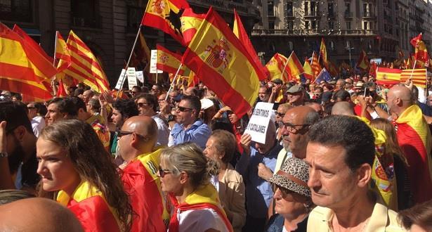 الإسبان يحتجون حاملين الأعلام الوطنية لرفض إنفصال كتالونيا