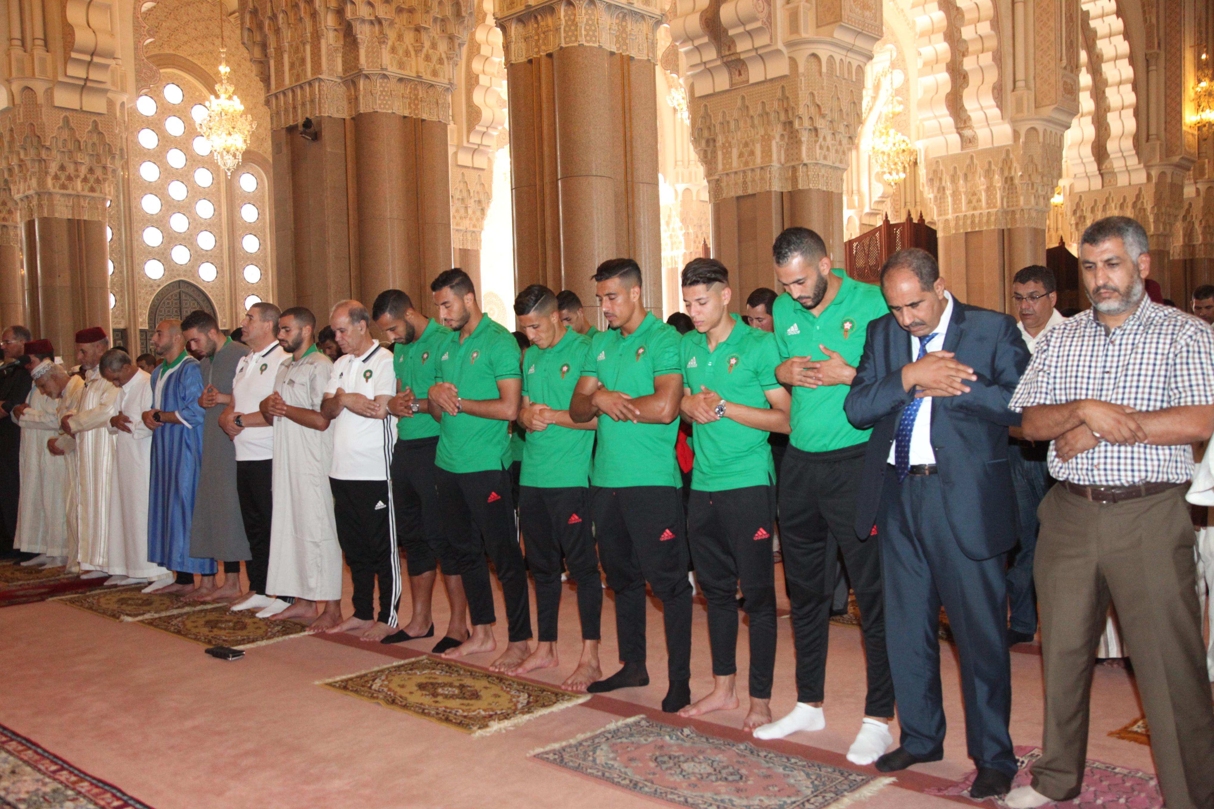 بالصور… لاعبو المنتخب الوطني يؤدون صلاة الجمعة بمسجد الحسن الثاني