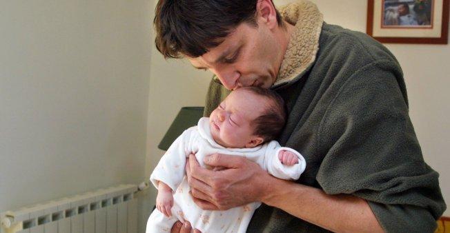 عريضة على الإنترنت للمطالبة بمنح الرجال عطلة مثل النساء عند ولادة الطفل