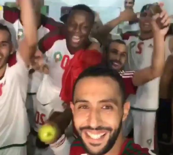 بالفيديو… فرحة لاعبي المنتخب داخل مستودع الملابس بعد التأهل لروسيا