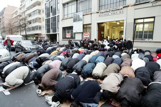 عودة الجدل في فرنسا حول صلاة المسلمين في الساحات والشوارع