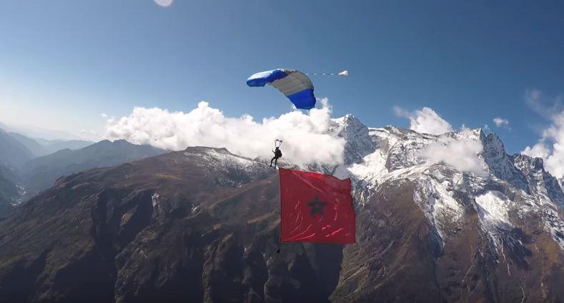 العلم المغربي يرفرف فوق قمم الهيمالايا بفضل البطل أنس البقالي + فيديو
