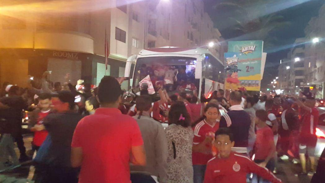 حصري… شاهد احتفالات الوداديين مع لاعبي الفريق في إحدى شوارع الدار البيضاء
