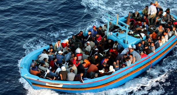 اعتراض طريق قارب يحمل مهاجرين سريين وإصابة شاب بالرصاص