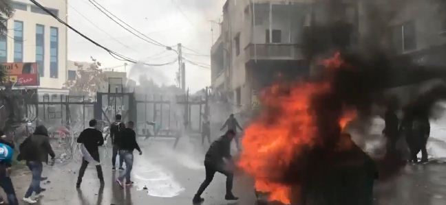مواجهات في مظاهرة أمام السفارة الأمريكية بلبنان تنديدا بقرار ترامب حول القدس