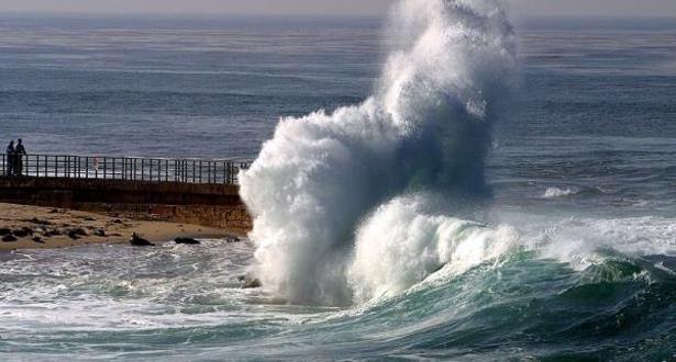 نشرة إنذارية… أمواج عالية على الواجهة الأطلسية
