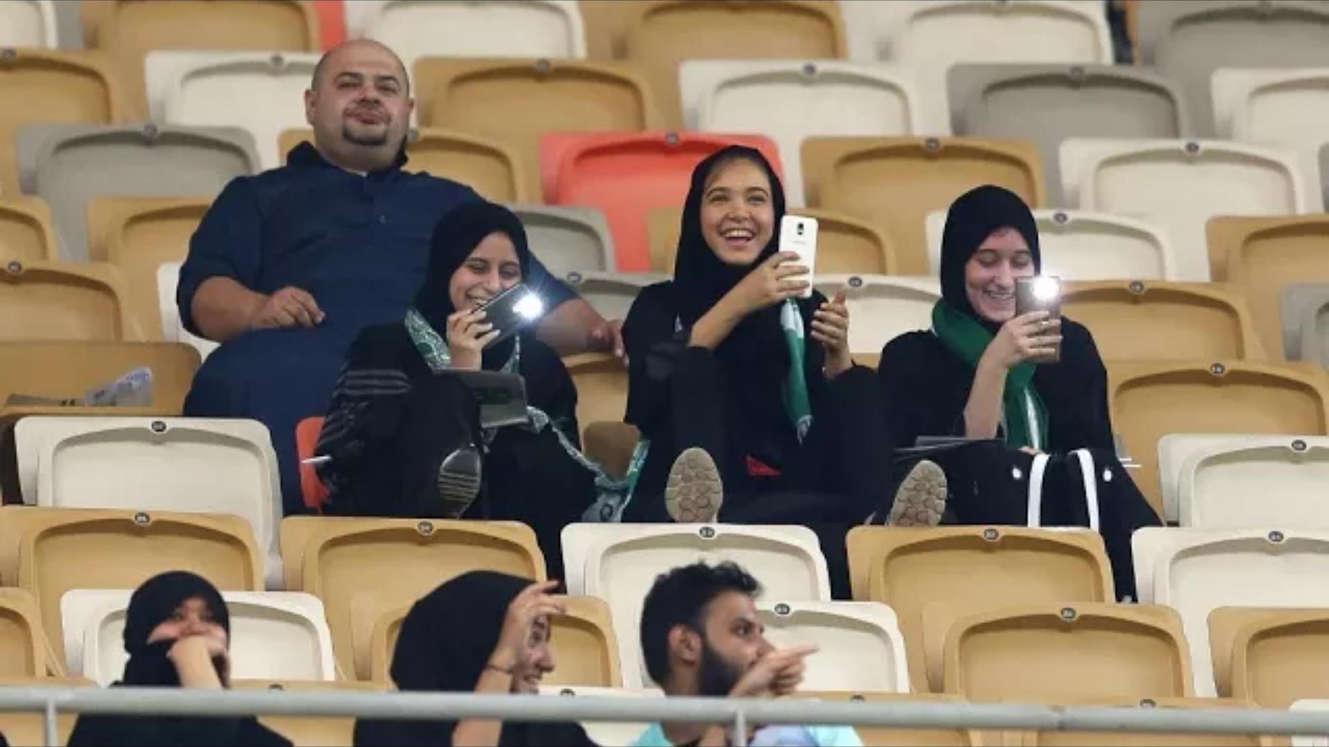 مشجعات سعوديات يلجن ملاعب كرة القدم للمرة الأولى في تاريخ المملكة