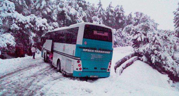 انزلاق حافلة لنقل الركاب بسبب الثلوج بإقليم خنيفرة٣