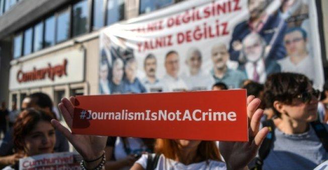 """السجن المؤبد لستة صحافيين بتهمة العلاقة ب""""الانقلاب الفاشل"""" بتركيا"""