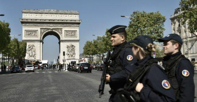 السلطات الفرنسية ترحل إماما سلفيا بسبب خطبه المتطرفة