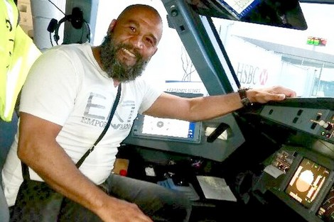 ملاكم مغربي ينقذ حياة 200 راكب على متن طائرة