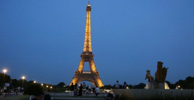 فرنسا… نزاع نقابي يتسبب في إغلاق برج إيفل في عز الموسم السياحي