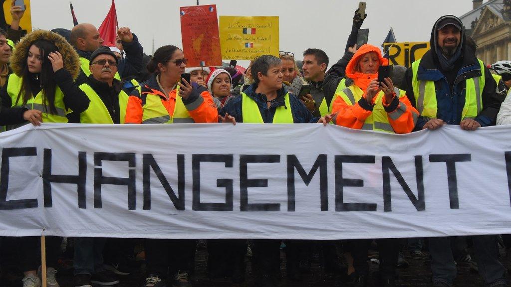 """تراجع زخم حركة """"السترات الصفراء"""" بجميع أنحاء فرنسا"""