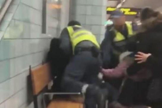 """غضب بالسويد بعد جر سيدة حامل و""""سوداء البشرة"""" من قطار بالقوة"""